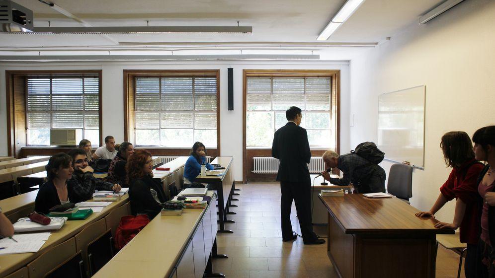Foto: Alumnos de la Universidad Complutense de Madrid, durante una clase. (Reuters)