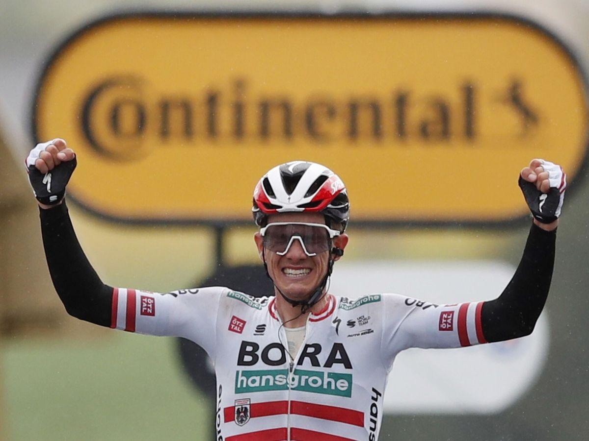 Foto: El ciclista austríaco Patrick Konrad celebra el triunfo de etapa. (Efe)