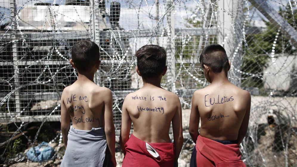 Foto: Un grupo de niños con mensajes en sus espaldas participa en una protesta en el campamento de refugiados de Idomeni (Grecia). (EFE)