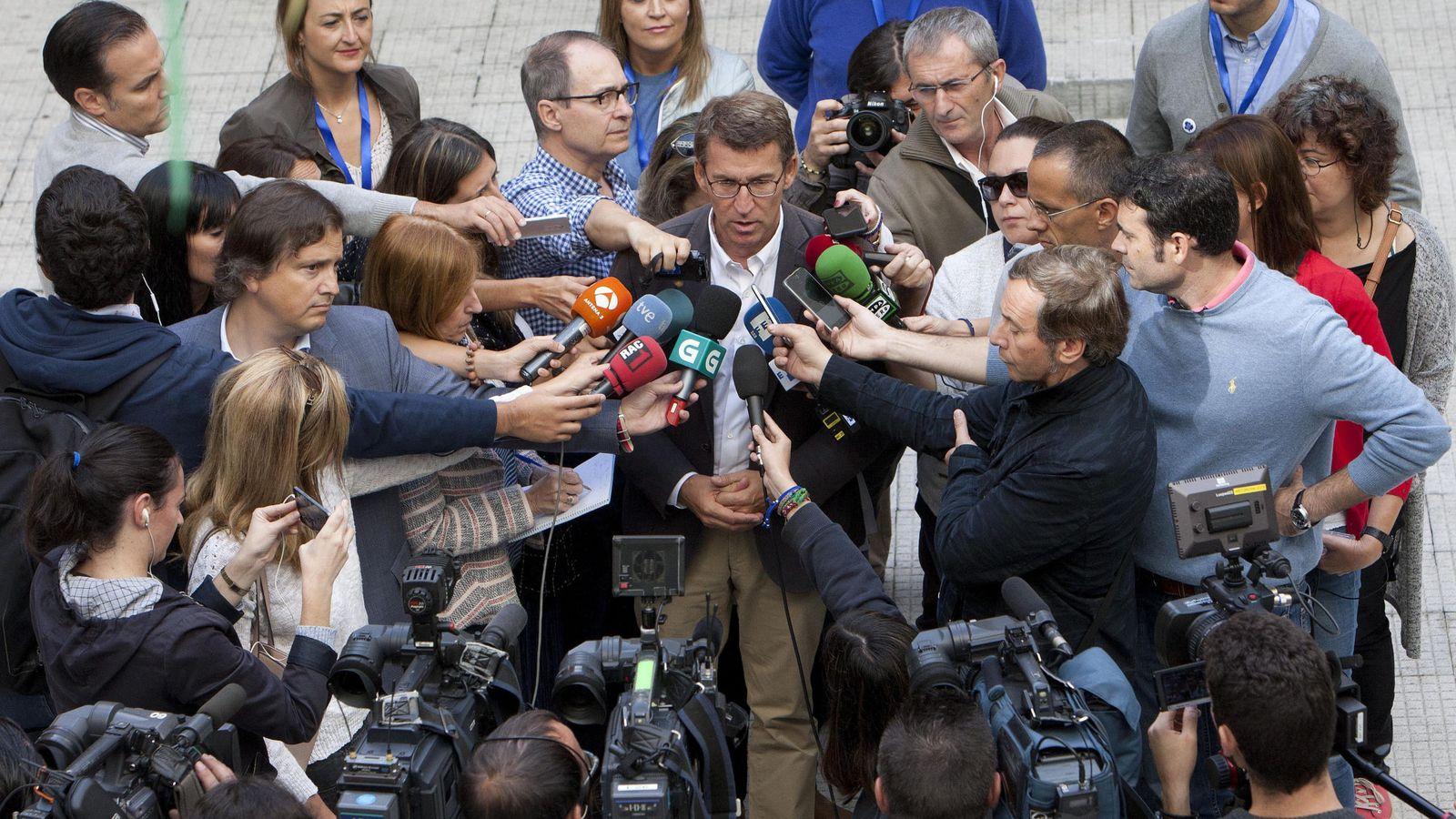 Foto: El candidato del PP a la Presidencia de la Xunta, Alberto Núñez Feijóo, después de ejercer su derecho al voto (EFE)