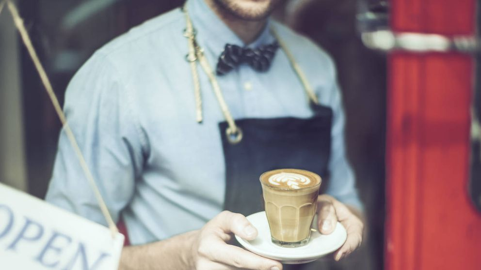 El hombre que lucha contra el café caro y por el regreso del viejo bar