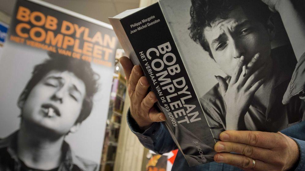 Foto: Un hombre lee un libro del cantautor estadounidense Bob Dylan. (EFE)