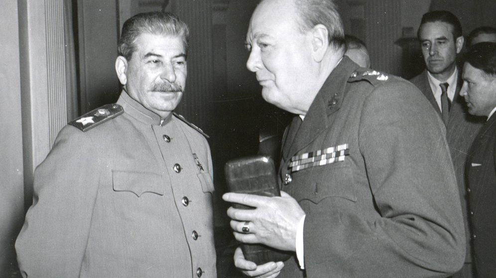 Foto: Stalin y Churchill confraternizando en la Conferencia de Yalta.