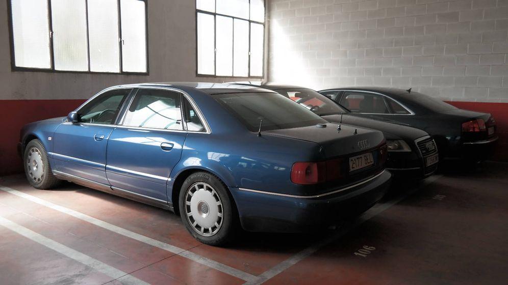 Foto: El A8 blindado que compró Zaplana en 2001 por 302.000 euros, junto a otros dos Audi adquiridos por Camps, ahora en desuso. (EC)