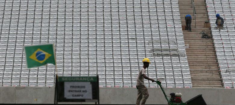 Foto: Trabajos en el interior de un estadio para el Mundial de Fútbol