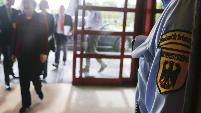 Merkel llega a la sede del BfV, los servicios secretos internos alemanes, en Colonia (Reuters).