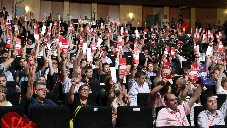 Los delegados del 39º Congreso Federal del PSOE votan en el plenario la noche del pasado 17 de junio. (EFE)