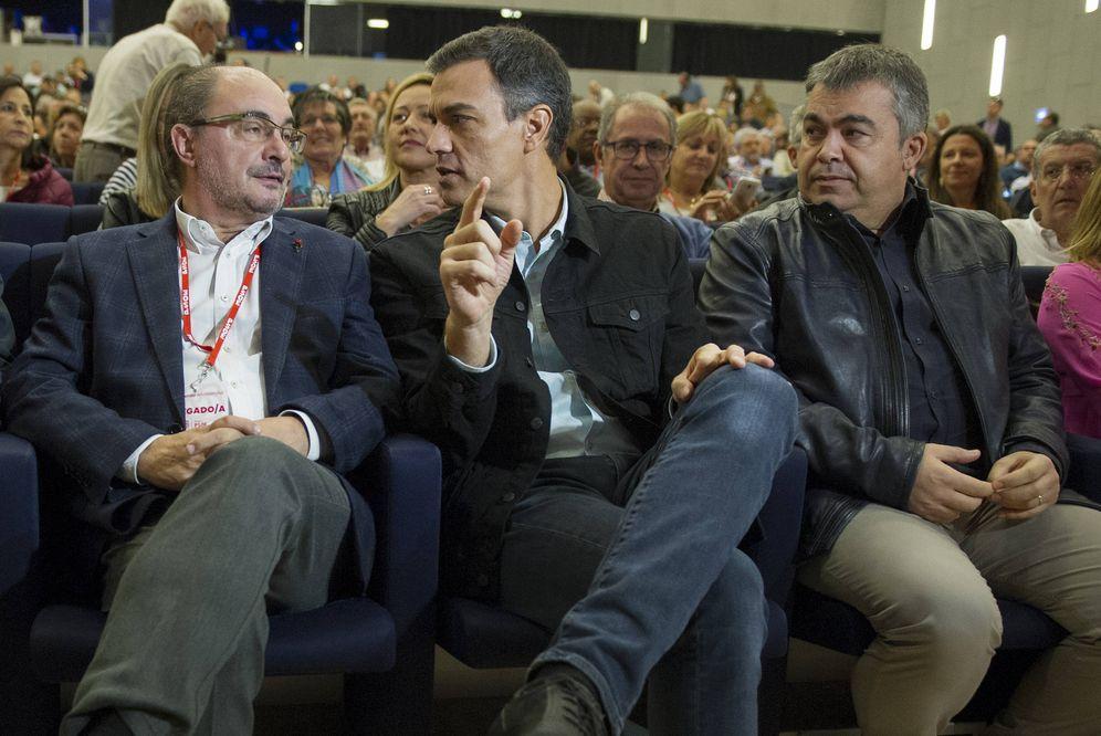 Foto: Pedro Sánchez charla con Javier Lambán, ante el dirigente federal Santos Cerdán, el pasado 5 de noviembre en el 16º Congreso aragonés, en Zaragoza. (Borja Puig   PSOE)