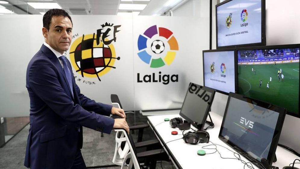 Foto: Velasco Carballo, presidente del Comité Nacional de Árbitros, en la sala del VAR. (EFE)