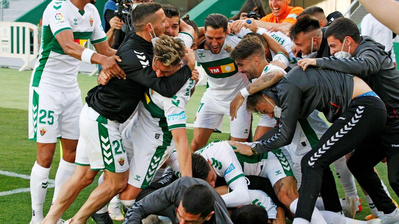 Los jugadores del Elche celebran la permanencia en Primera tras el último partido de Liga ante el Athletic. (EFE)