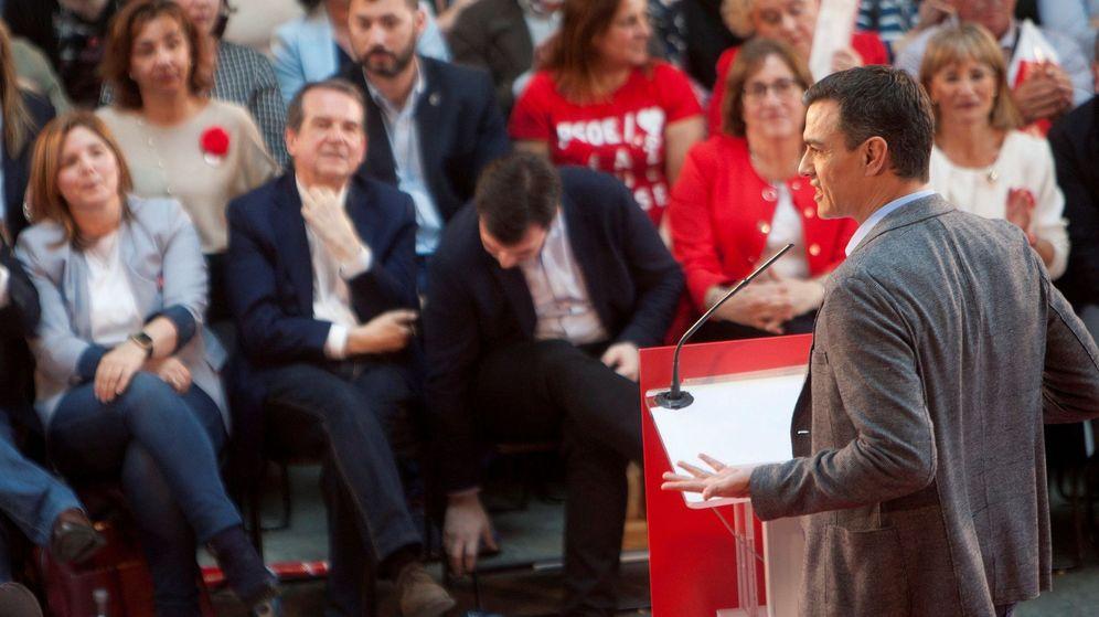 Foto: El presidente del Gobierno y candidato por el PSOE a la reelección, Pedro Sánchez (d), durante un mitin en Vigo. (EFE)
