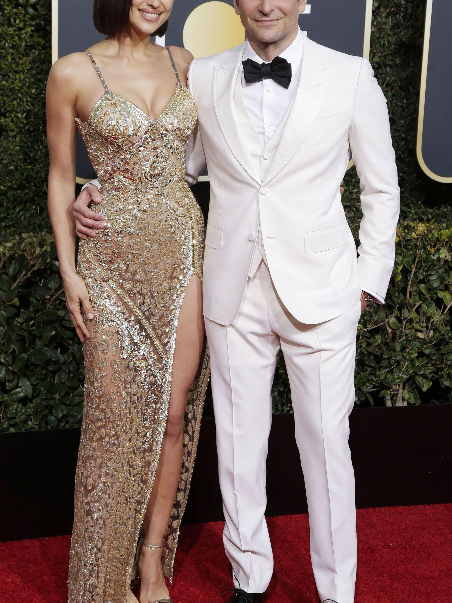 La pareja posa así de sonriente en la red carpet. Destacan su amor y complicidad, y, cómo no, el corte de pelo de Irina. (EFE EPA)