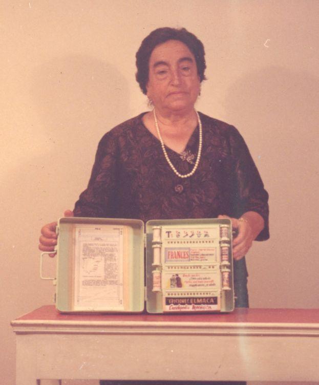 Foto: Ángela Ruiz Robles, con su enciclopedia mecánica (CC/Cedidas por la familia Ruiz Robles)