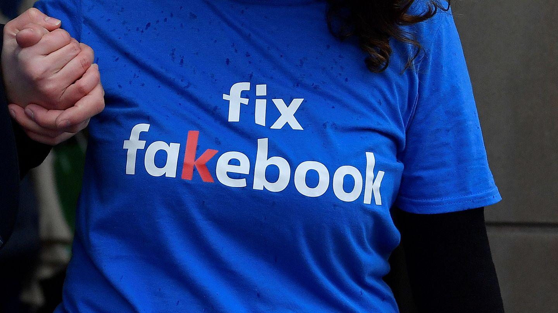 Una manifestante protesta contra Facebook el pasado noviembre en Londres. (Reuters)