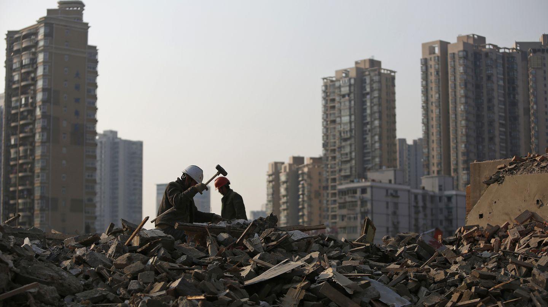 Obreros derriban edificios viejos en el centro de Shanghái (Reuters).