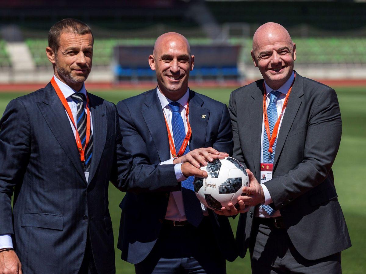 Foto: El presidente de la RFEF, Luis Rubiales, el presidente de la FIFA, Gianni Infantino, y el presidente de UEFA, Aleksander Ceferin. (EFE)