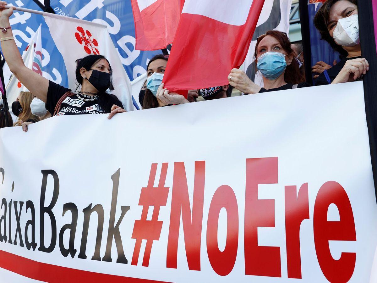 Foto: Manifestación de los empleados de CaixaBank contra el ERE. (EFE)
