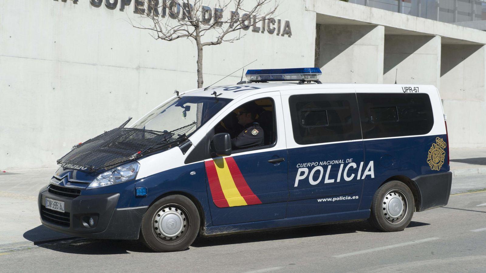 Foto: Un vehículo policial traslada a la Jefatura Superior de Policía de Granada a cinco personas detenidas en la Operación Edu. (EFE)