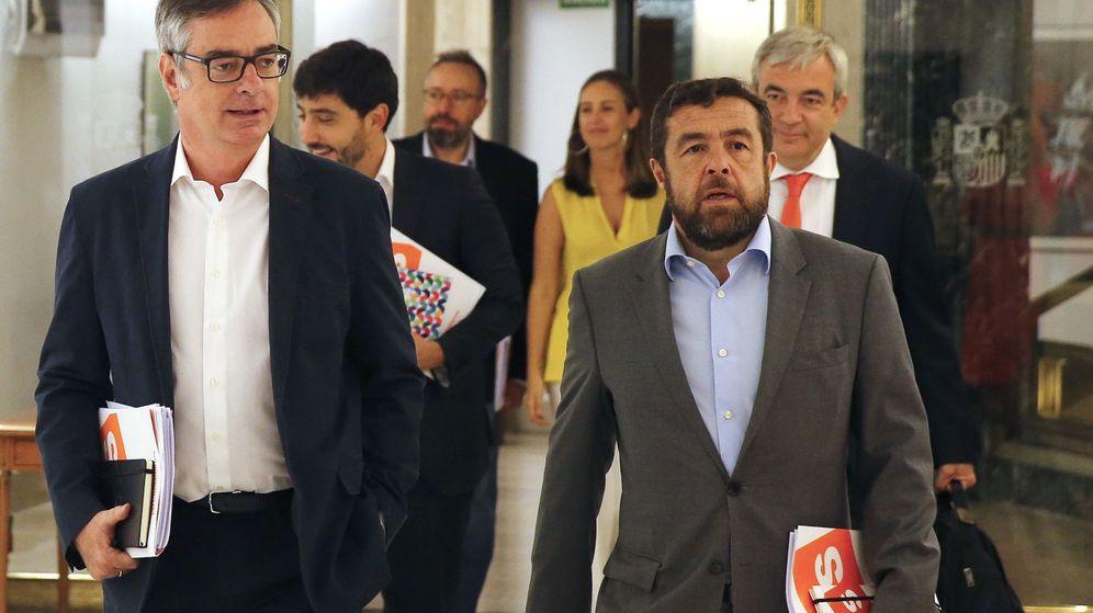 Foto: El vicesecretario general de Ciudadanos, José Villegas (i), y el diputado de la formación Miguel Ángel Gutierrez, a su llegada esta mañana al Congreso de los Diputados. (EFE)