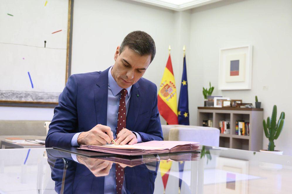 Foto: El presidente del Gobierno, Pedro Sánchez, firma los decretos de nombramiento de sus ministros, este 12 de enero. (Pool Moncloa)