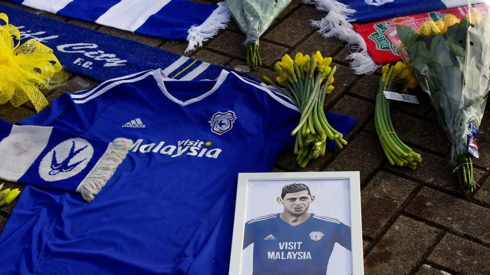 Foto: El homenaje a Sala de los seguidores del Cardiff en el Cardiff City Stadium. (Reuters)
