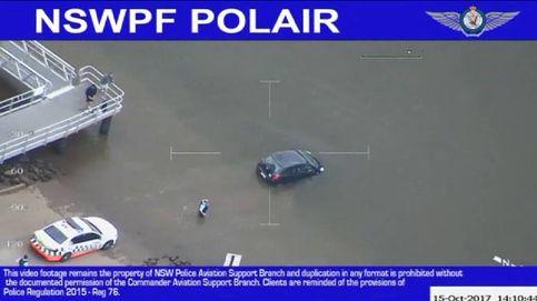 La policía de Sídney rescata 'in extremis' a una mujer del interior de un vehículo que se hundía