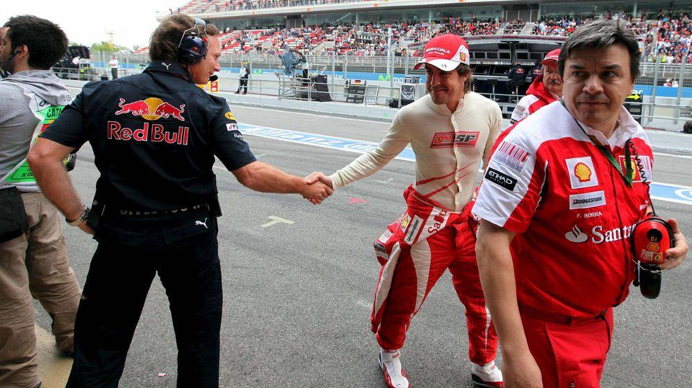 Foto: Fernando Alonso, saludando a Christian Horner en el GP de España de 2010. (EFE)
