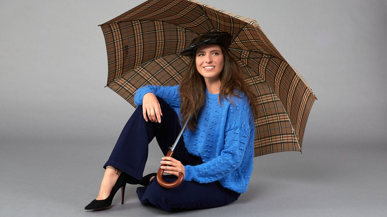 Carmen Corazzini lleva jersey azul de Uterqüe, pantalón de Moschino, paraguas e C&A, boina charol de Zara y stiletto de Mascaró. (Foto: Olga Moreno)