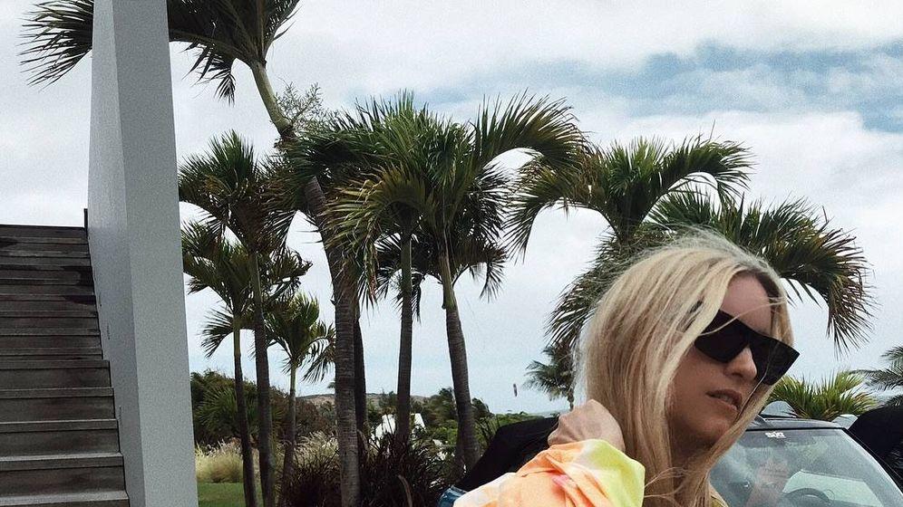 Foto: La insider Charlotte Groeneveld, con camisa tye-die para bajar a la playa. (Instagram)