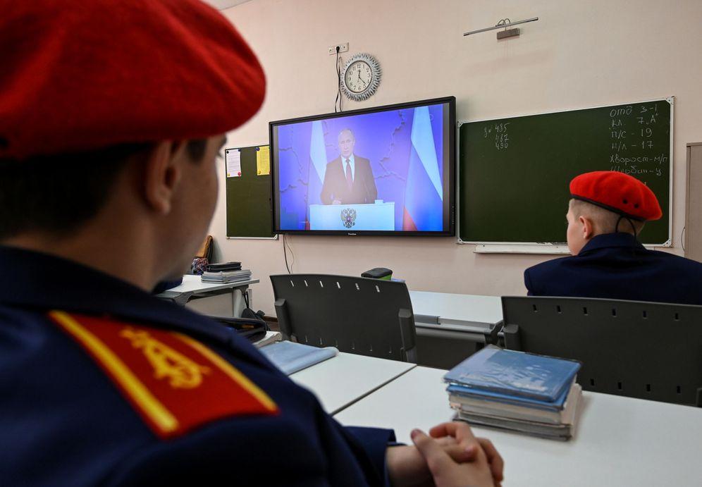 Foto: Cadetes del cuerpo de cosacos siguen el discurso de Vladimir Putin, en Rassvet. (Reuters)