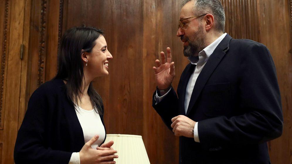 Foto: Los portavoces parlamentarios de Ciudadanos y Podemos, Juan Carlos Girauta e Irene Montero, al inicio de su reunión este jueves en el Congreso. (EFE)