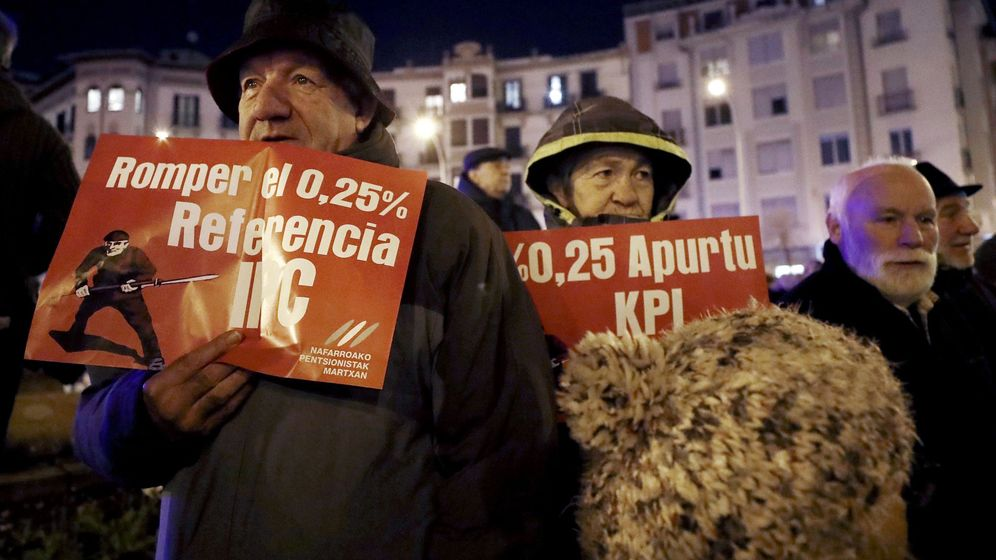 Foto: Cientos de jubilados se manifiestan junto a la Delegación del Gobierno en Navarra, en defensa de unas pensiones dignas. (EFE)