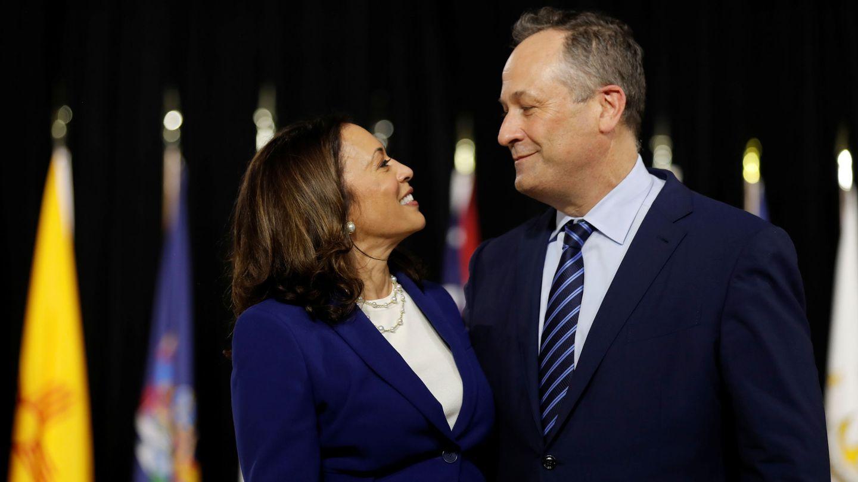 Harris, junto a su marido durante un acto de campaña. (Reuters)