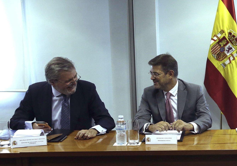 Los ministros Méndez de Vigo y Catalá. (EFE)