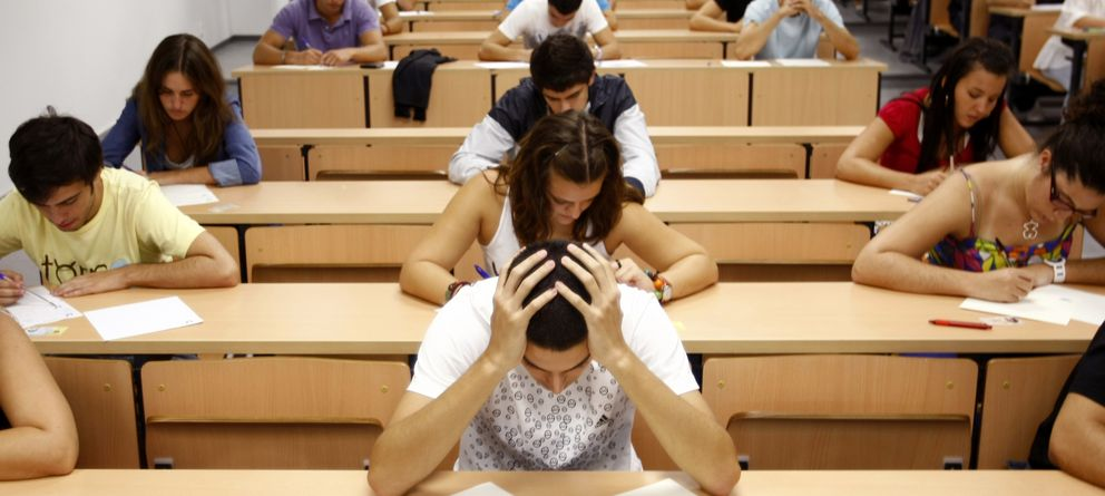 Foto: En los jóvenes se ha instalado una sensación generalizada de desconcierto. (Reuters)