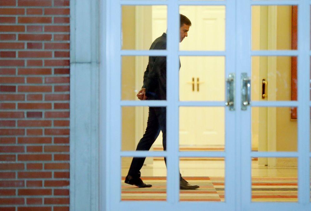 Foto: Pedro Sánchez espera a la Selección española de baloncesto en el Palacio de la Moncloa, este 16 de septiembre. (EFE)
