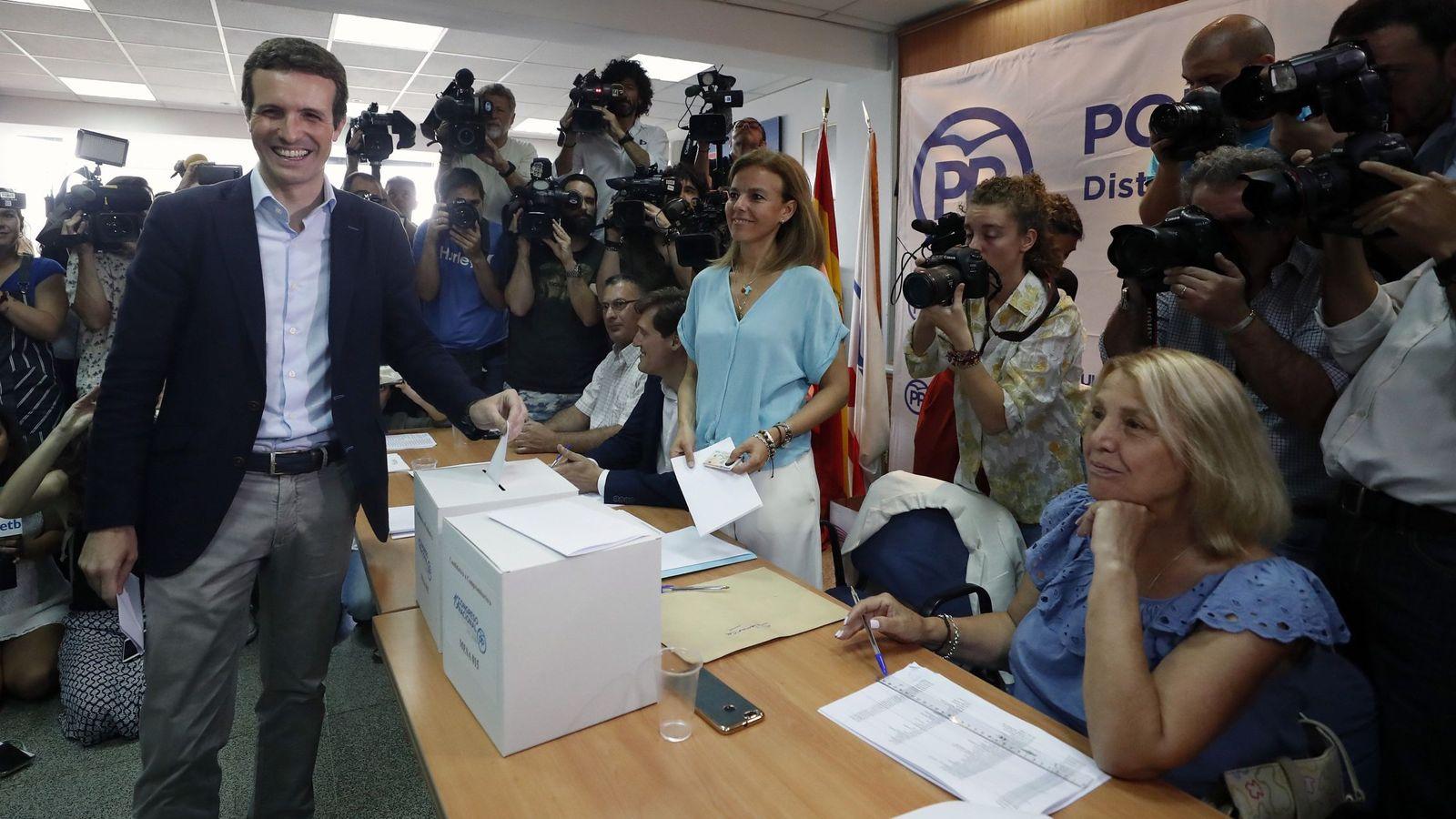 Foto: El candidato a la presidencia del PP Pablo Casado vota en la sede del Distrito de Salamanca. (EFE)