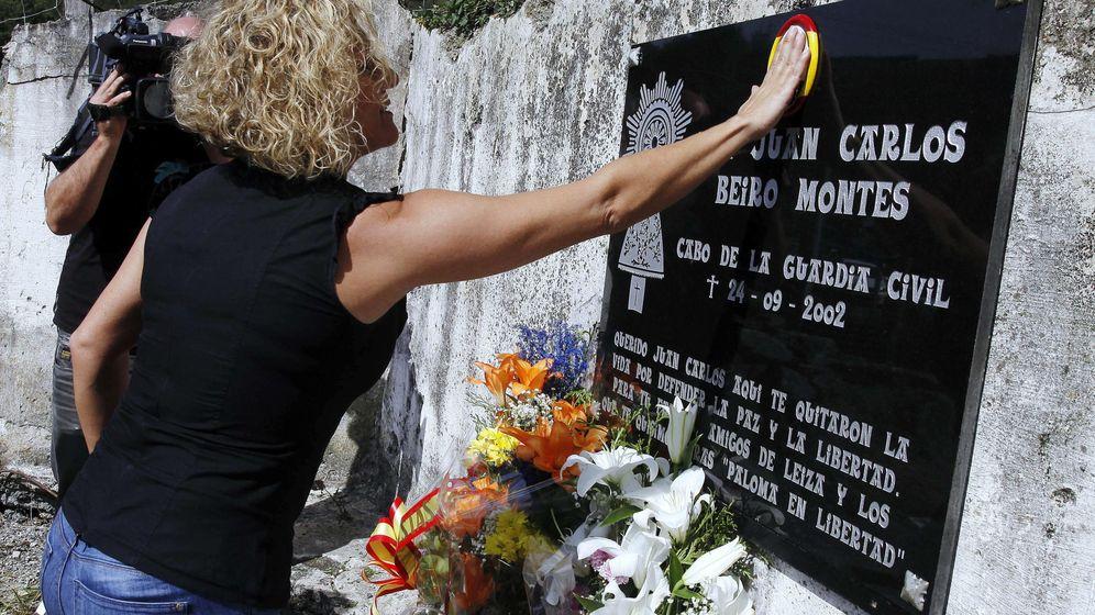 Foto: María José Rama, viuda del guardia civil asesinado por ETA hace 14 años Juan Carlos Beiro, homenajea a su marido en Leiza (Navarra). (EFE)