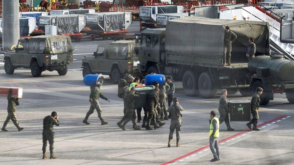 Efectivos del Ejército de Tierra desinfectan el aeropuerto de Bilbao