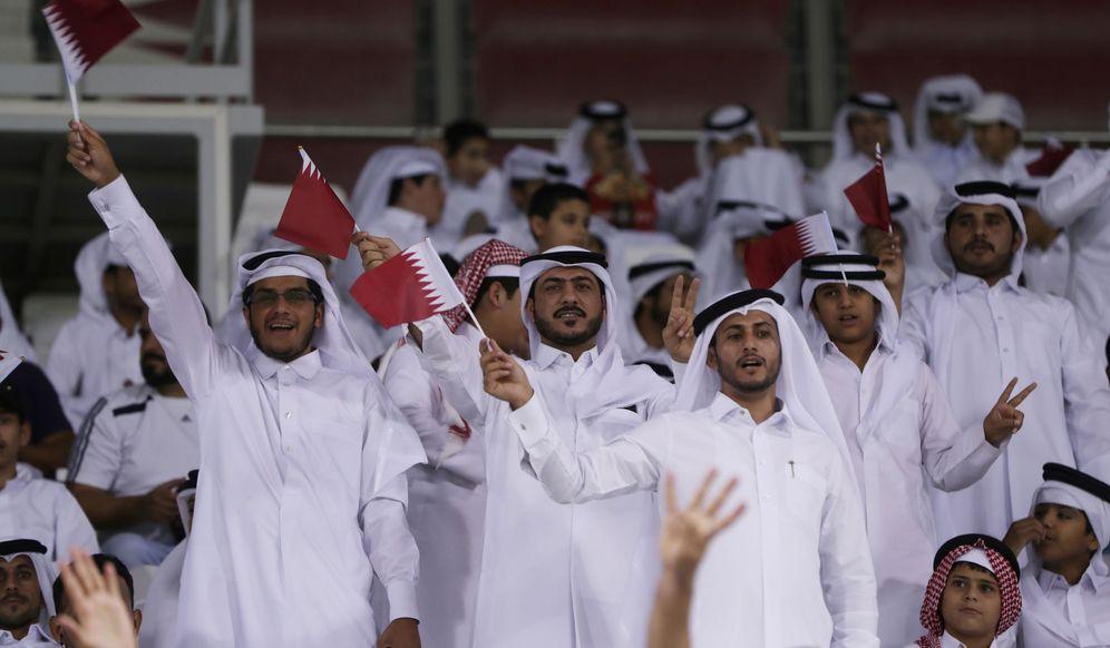 Foto: Cataríes acuden a ver un partido de fútbol en Qatar. (Reuters)