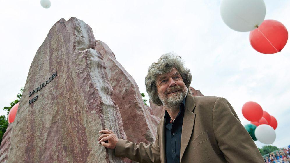 Foto: Reinhold Messner, en un monumento al Himalaya en Polonia. (EFE)