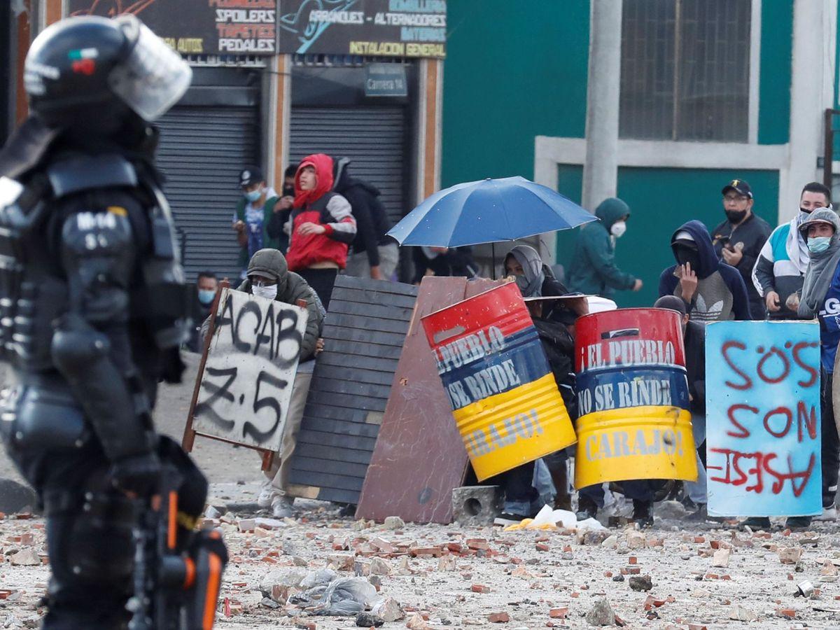Foto: Integrantes del Escuadrón Móvil Antidisturbios (ESMAD) y manifestantes se enfrentan durante una nueva jornada de protestas. (EFE)