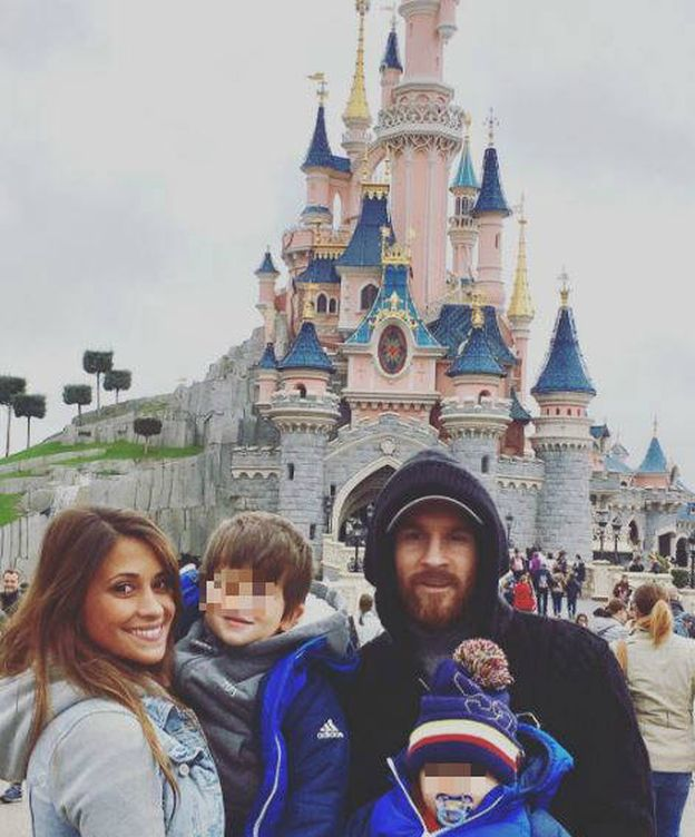 Foto: Leo Messi y su esposa junto a sus hijos en Disney (Instagram)