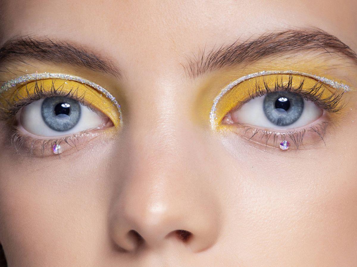 Foto: Maquillaje de ojos amarillo y gris de Anna Sui en la temporada S21. (Imaxtree)