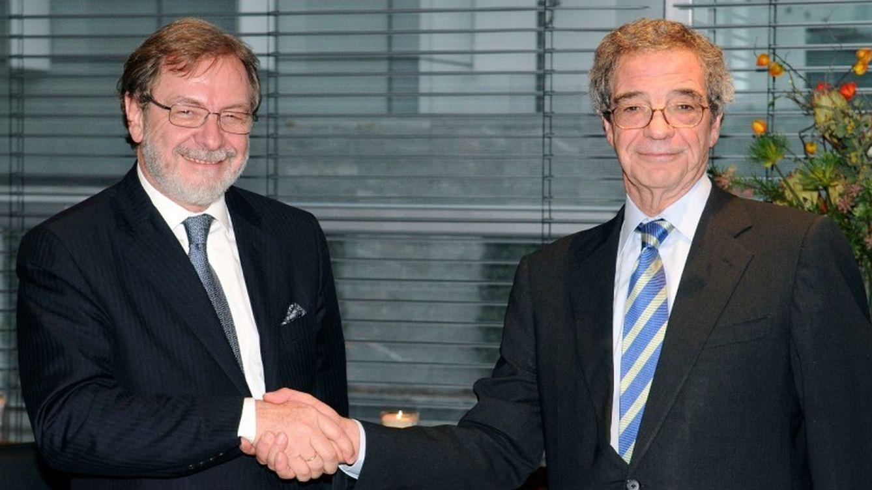 Foto: Juan Luis Cebrián y César Alierta, en una imagen de archivo, tras el acuerdo de venta de Digital Plus (Efe).