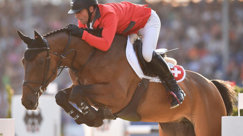 El jinete suizo Paul Estermann salta con Castlefield Eclipse, propiedad de Arturo y Jocelyne Fasana. (EFE)
