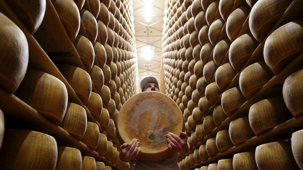 Foto: Un trabajador en el Caseificio dell'Emilia en Módena (Italia). (Reuters)