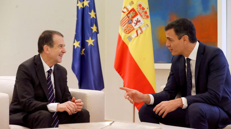 Pedro Sánchez con el presidente de la Federación Española de Municipios y Provincias (FEMP), Abel Caballero. (EFE)