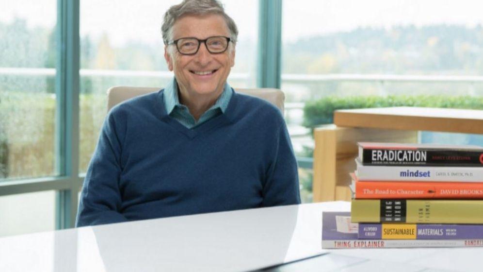 Foto: Gates posa con sus libros preferidos del año. (Gates Notes)