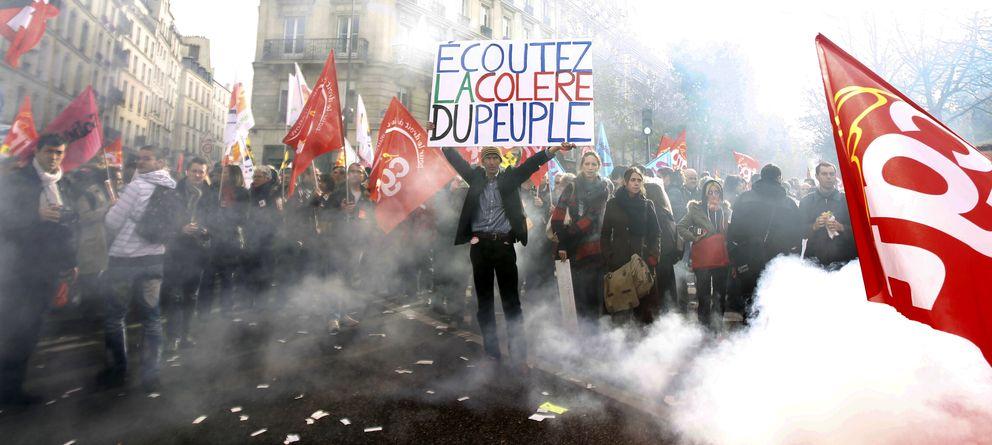 Foto: Protesta sindical ante el Senado en París. Un hombre sostiene una pancarta que reza: Escuchad la ira del pueblo, en una imagen de archivo (Reuters).